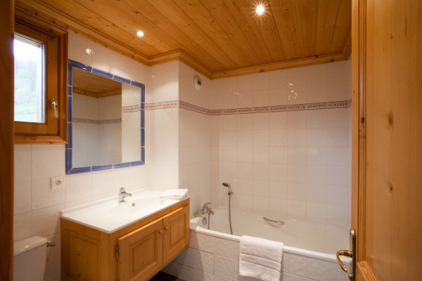 Spacious En-Suite Bathroom Chalet Telekie