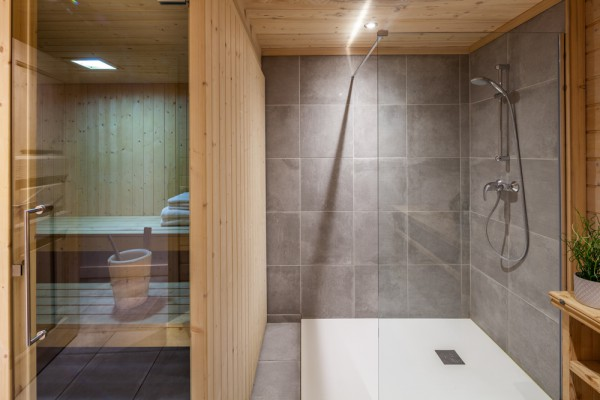 Chalet Chardon sauna and shower