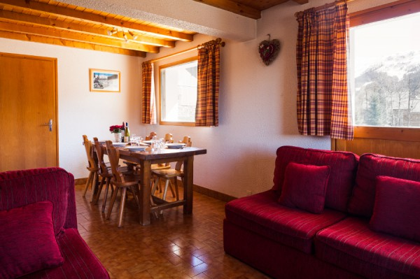 The bright dining area of chalet rosalie